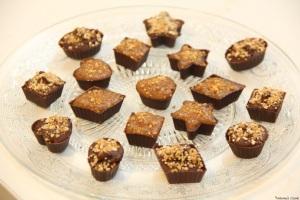 Petits chocolats pralinés double saveur : crème praliné coeur noisette et caramel praliné.
